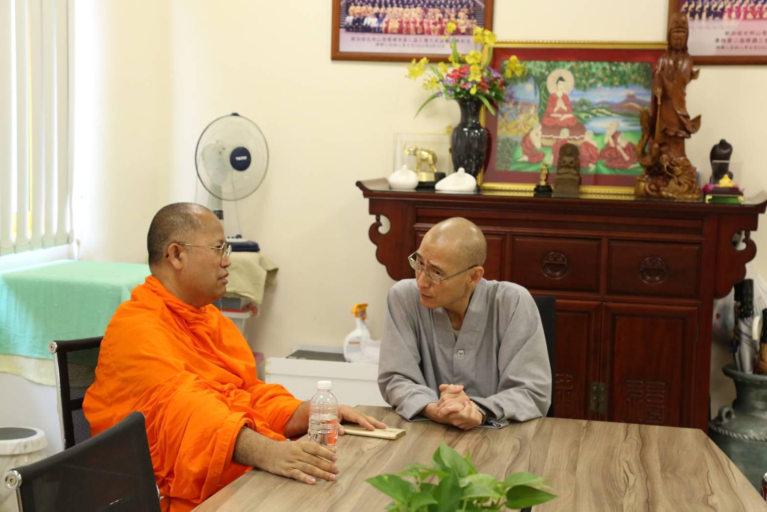 611006  รอง กต เข้าพบ Ven.Dr.Chuan Sheng รองอธิการบดีวิทยาลัยพุทธศาสนาสิงคโปร์ (BCS) 1